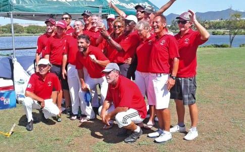 09-11-15-L'équipe-victorieuse-brandissant-le-Trophée