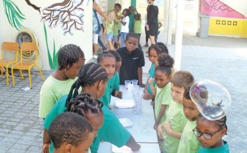 09-12-15-Ecole-Elie-Gibs-Création-de-grosses--bulles-par-le-CE1