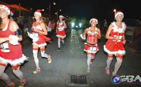 18-12-15-Les-mères-Noël-de-retour-dans-les-rues-de-Marigot