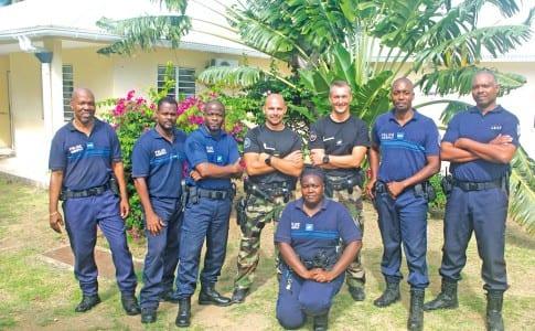 18-01-16-Les-formateurs-entourés-des-Policiers-Territoriaux