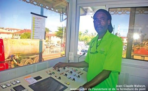 22-01-16-Jean-Claude-Walwyn,-responsable-de-l'ouverture-et-de-la-fermeture-du-pont-a-connu-bien-des-soucis-hier-matin