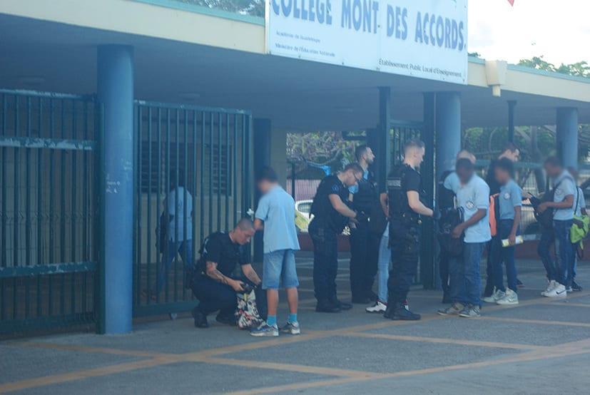 04-02-16-Les-gendarmes-ont-procédé-hier-à-une-fouille-des-élèves-à-l'entrée-du-Collège-Mont-des-Accords