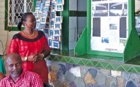 05-02-16-la-vice-presidente-de-l'association-montre-les-photos-du-bus