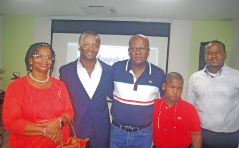 Le président de la Semsamar, Wendel Cocks avec la famille de Jean-Paul Tony Helissey (le papa, la maman et le petit frère)
