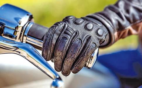 22-11-16-port-des-gants-obligatoire-pour-les-motards-a-partir-de-dimanche-web-tete-0211509319049