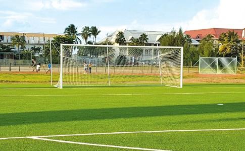 Les sportifs saint-martinois disposent désormais d'une pelouse synthétique flambant neuve