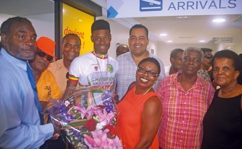 29-05-17-Adélio-Brooks-accueilli-à-l'aéroport-par-sa-maman,-sa-grand-mère-et-ses-fidèles-supporters-!