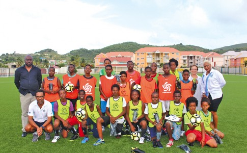 03-07-17-La-Ligue-et-la-Collectivité-de-Saint-Martin-ont-fait-des-heureux-auprès-des-jeunes-footballeurs-de-Quartier-d'Orléans-!