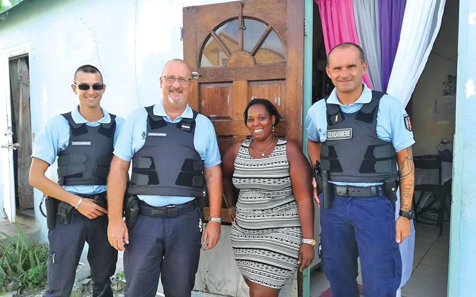 07-12-17-Béthania-entourée-de-ses-anges-gardiens-(Photo-Gendarmerie)