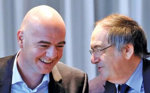 21-12-17-De-gauche-à-droite,-Gianni-Infantino,-le-président-de-la-FIFA-et--Noël-Le-Graët,-le-président-de-la-FFF